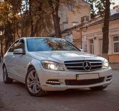 Білий Mercedes C klasse