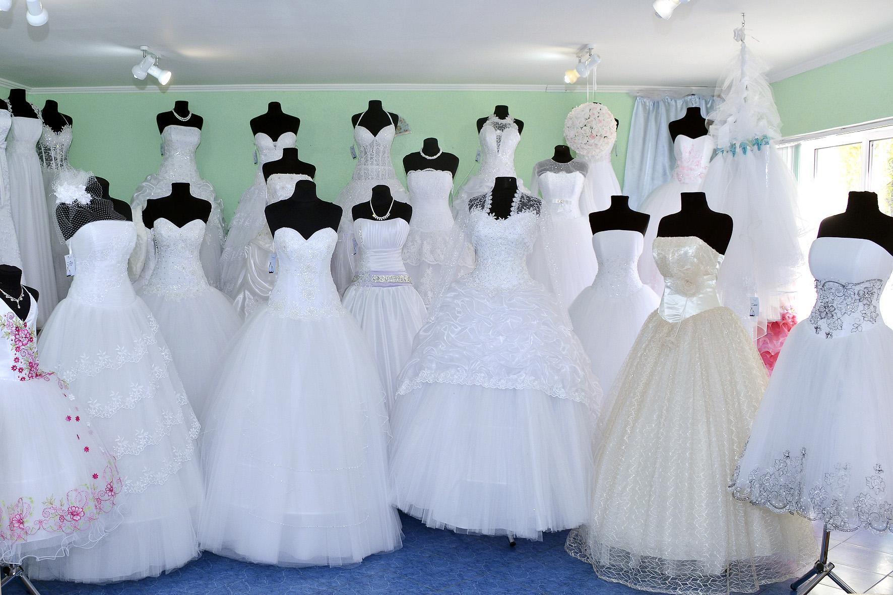 ac3ed14befac1f Не варто їхати на примірку одній, так як вибираючи весільну сукню  самостійно буває складно прийняти правильне рішення. Щоб почути дійсно  об'єктивну пораду, ...