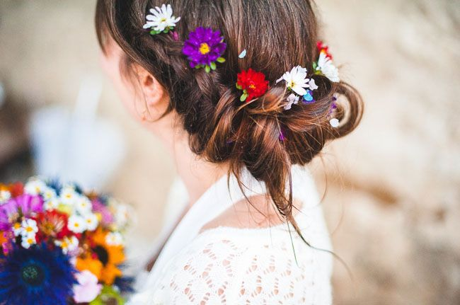 Живі квіти в зачісці нареченої