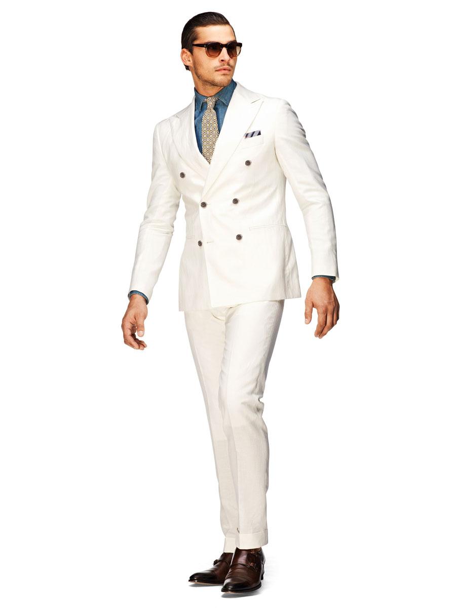 Пом якшити білий так само допоможуть текстуровані тканини. Костюм білого  кольору схожий на уніформу 9de4a63a8e24f